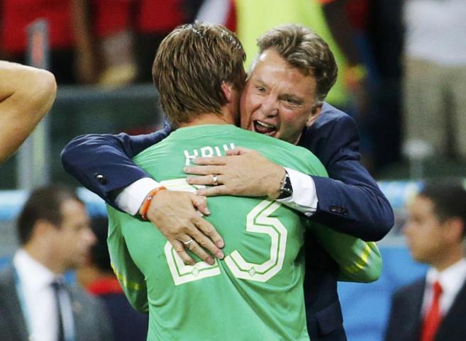 Louis van Gaal abraza a Krul tras la tanda de penalti.