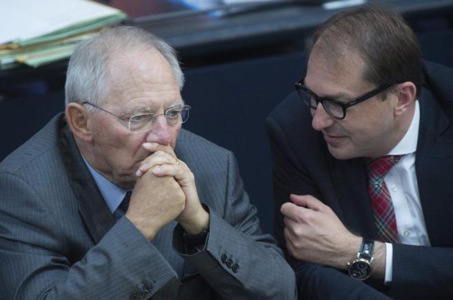 El ministro alemán de Transportes, Alexander Dobrindt (dech), con el...