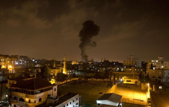 Un misil israelí golpea la Franja de Gaza.