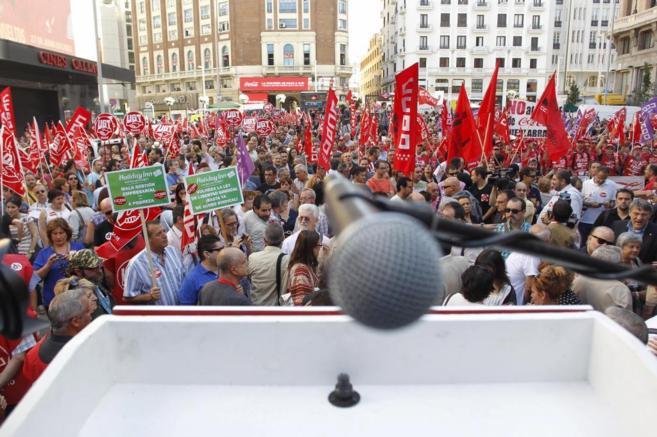 """Mitin organizado por CCOO y UGT con los lemas """"No nos van a..."""