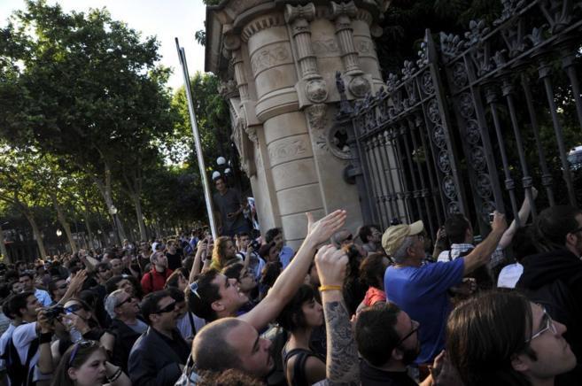 Cientos de personas asedian el Parlament.