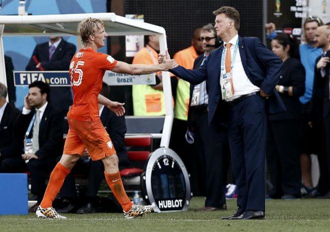 Dirk Kuyt y Louis van Gaal se saludan durante el Holanda-Chile.