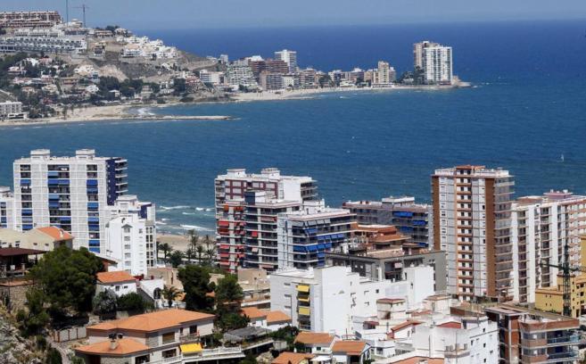 Panorámica de varios edificios de apartamentos en la playa de...