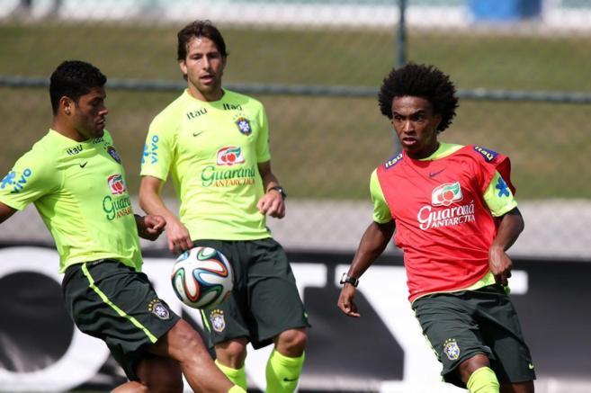 Hulk y Willian disputan un balón en entrenamiento de Brasil.