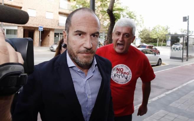 El ex director de Radio 9 Lluís Motes, increpado por un trabajador.