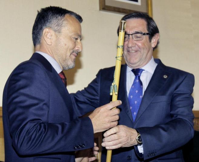 Agustín Hernández (i), nuevo alcalde de Santiago, junto a su...