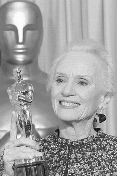 Jessica Tandy fue vestida de Armani a los Oscar de 1990 para recoger...