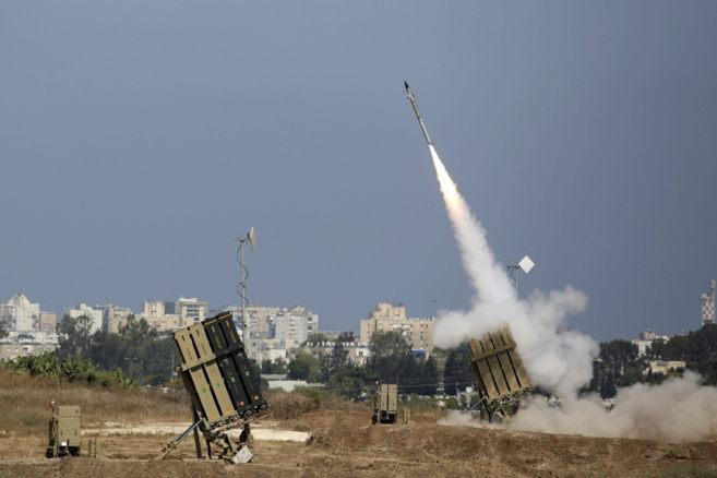 Lanzamiento de un misil del escudo 'Cúpula de Hierro' para...