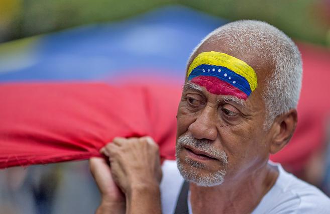 Un hombre participa en una manifestación contra el Gobierno de...