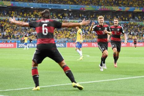 Kroos y Khedira celebran uno de los goles.