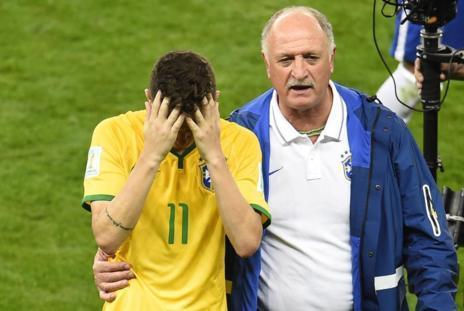 Scolari y Oscar abandonan el césped del Mineirao.