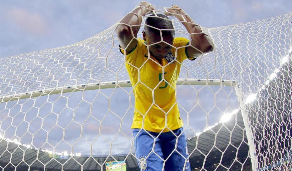 Fernandinho, tras uno de los goles de Alemania en la semifinal.
