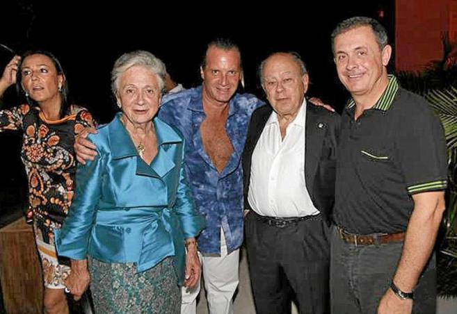 Jordi Pujol Ferrusola (dcha.) junto a sus padres, Jordi Pujol y Marta...
