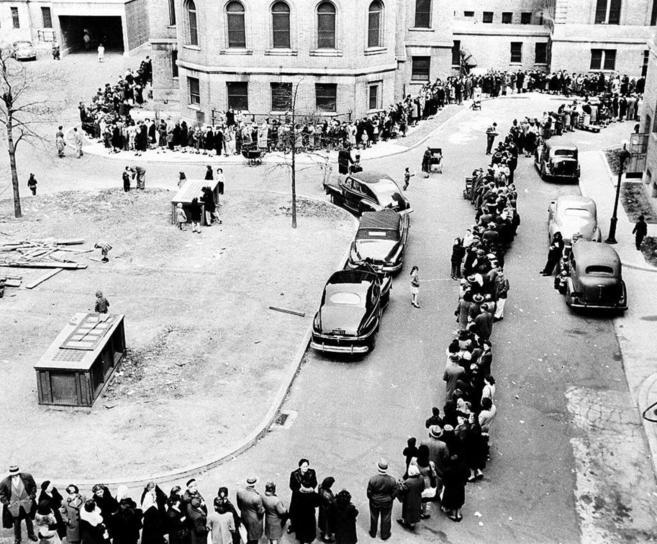 Cientos de personas esperan en 1947 para vacunarse de la viruela, en...
