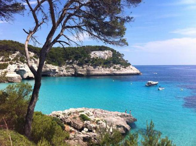 Cala Mitjana, pequeña bahía natural al suroeste de la isla de...