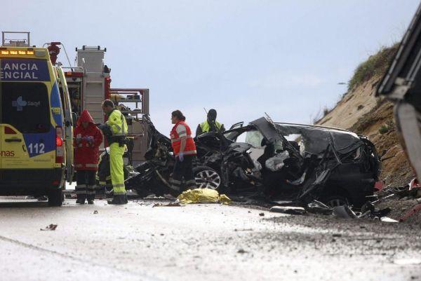 Un vehículo volcado en la carretera por un accidente