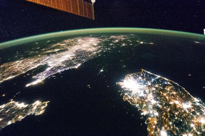 Las dos Coreas de noche, captadas desde la Estación Espacial.