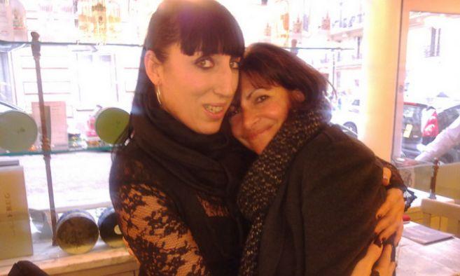La actriz Rossy de Palma con la alcaldesa de París, Anne Hidalgo.