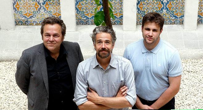 Christian Hiss, Guilhem Chéron y Shane Gring en el patio del Palau...