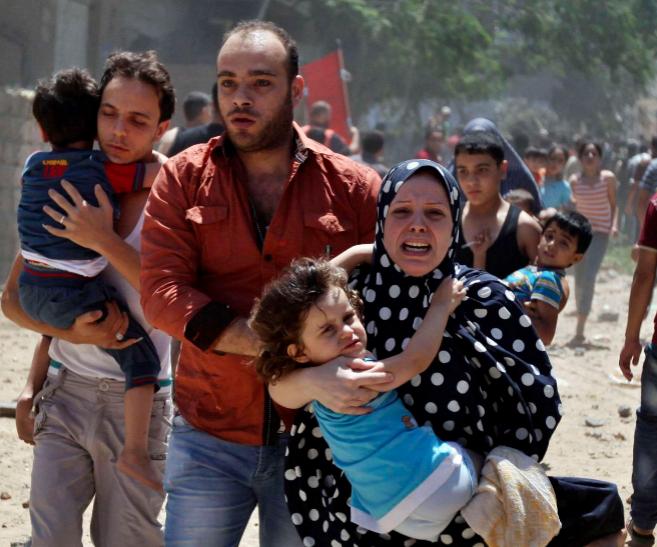 Varios palestinos huyen de un ataque israelí en Gaza.