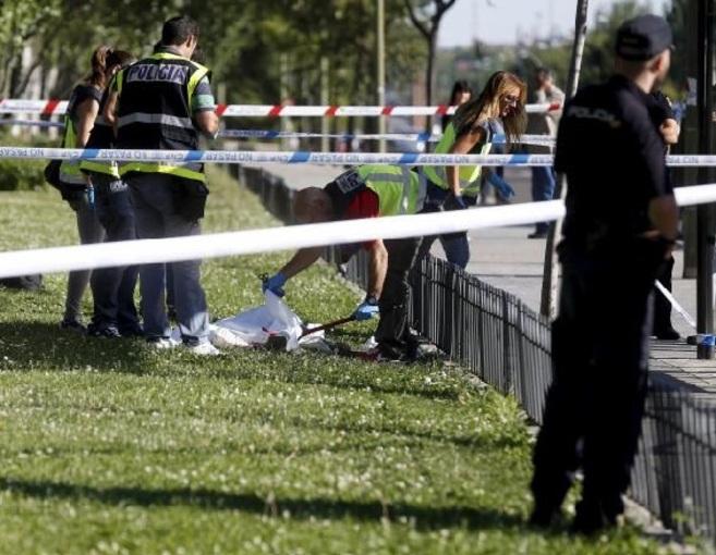 Agentes de policía inspeccionan el cuerpo sin vida del anciano que...