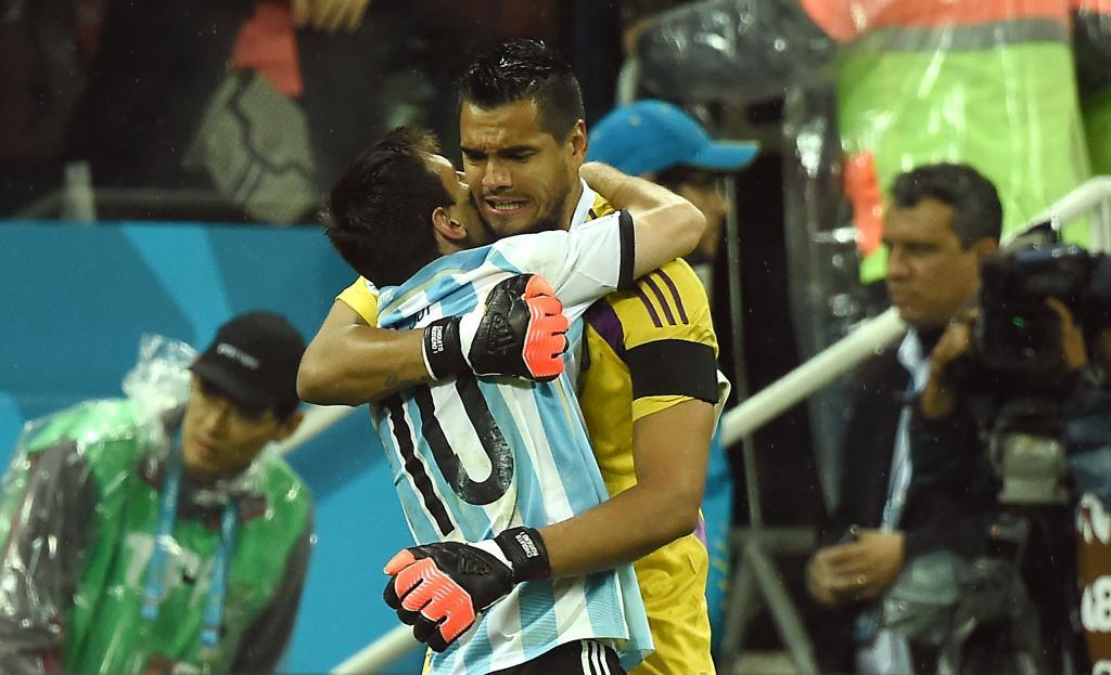 Sergio Romero, felicitado por Leo Messi.