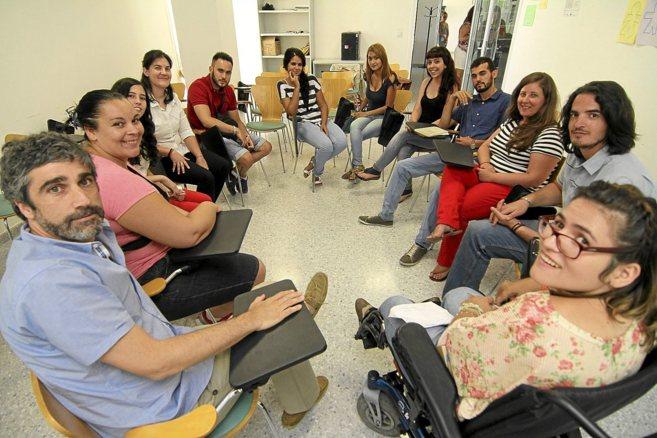 Participantes en el programa Lanzadera y el responsable de Acción...