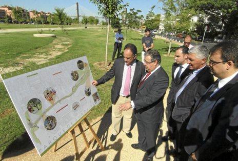 Moreno y Zoido examinan un mapa del parque, ayer en la inauguración.