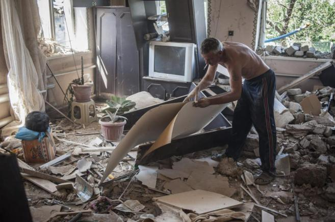 Un hombre observa los daños en su apartamento tras un enfrentamiento...