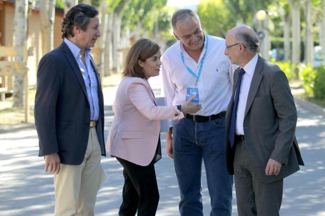 La vicepresidenta, con Floriano, Pons y Montoro en El Escorial.