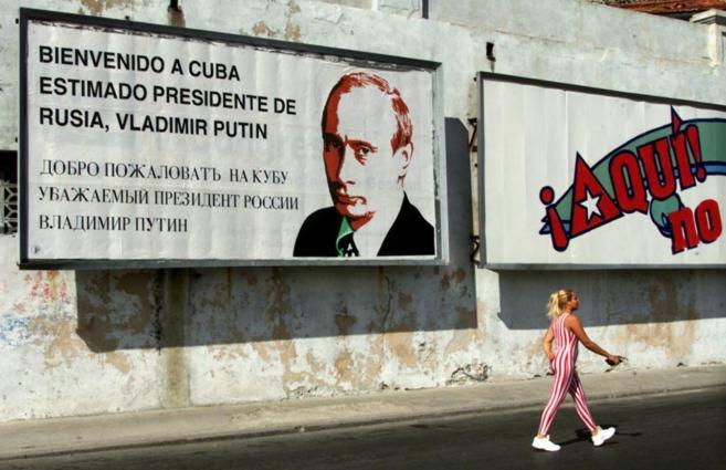 Un cartel en una calle de La Habana da la bienvenida a una visita de...