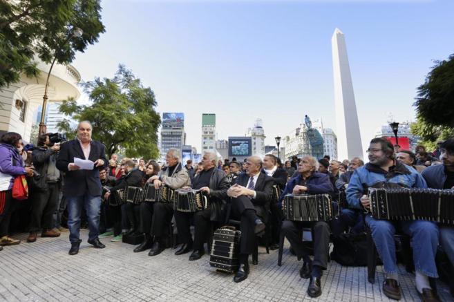 Más de cien intérpretes de bandoneón homenajean a Anibal Troilo.