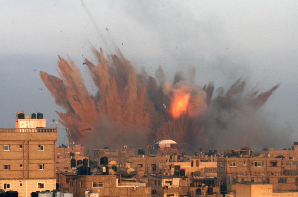 Uno de los ataques aéreos israelíes en Rafah, al sur de la Franja de...
