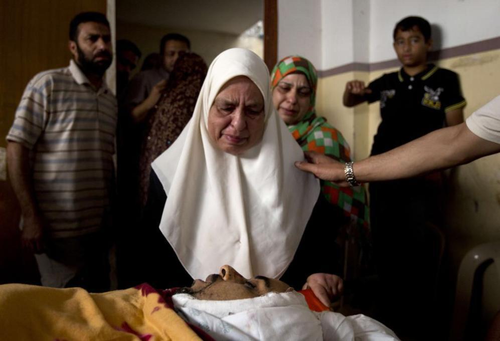 Una familiar de un fallecido médico palestino, de 33 años, llora en...