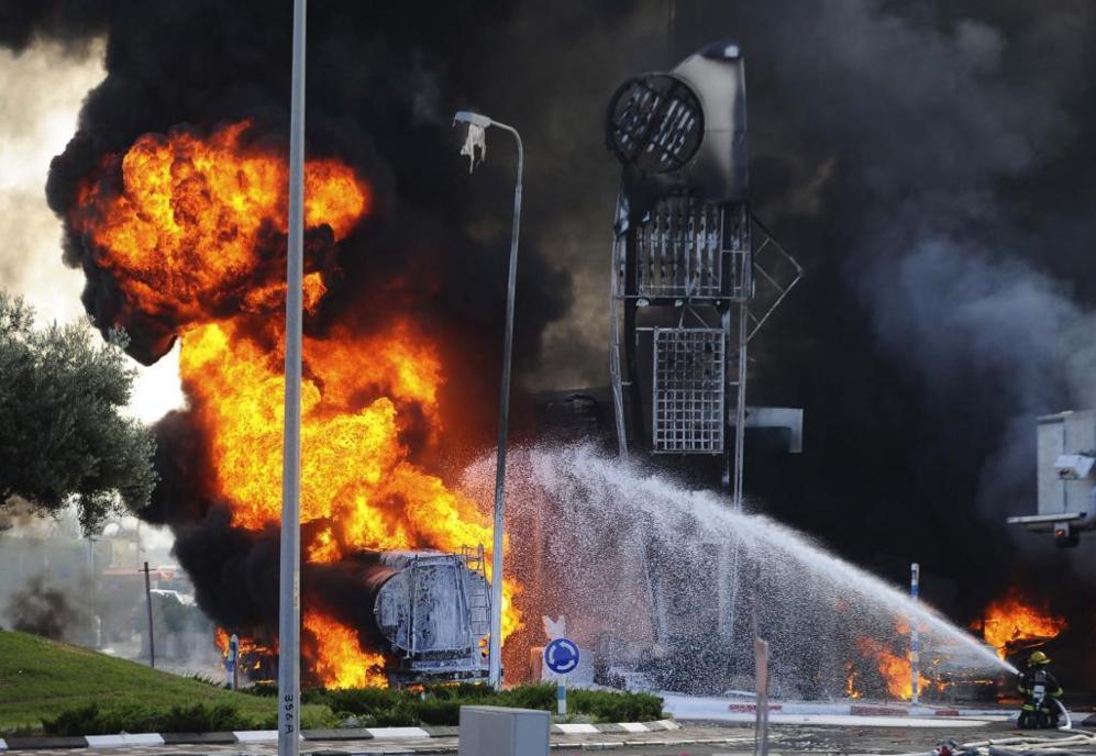 Bomberos israelís extinguen un incendio causado por un cohete que...