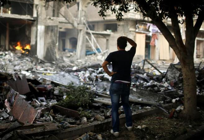 Un palestino contempla desolado las ruinas de su hogar en la ciudad de...