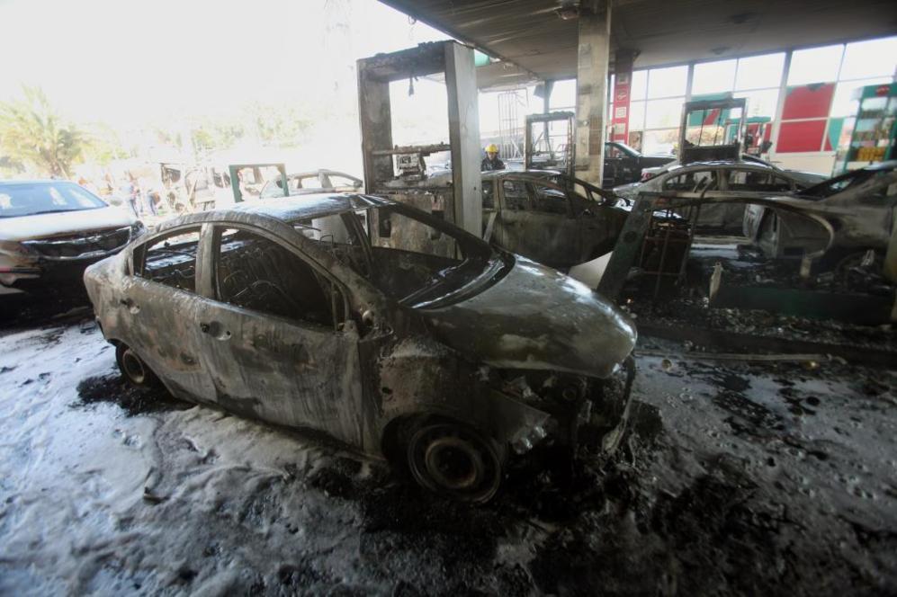 Vehículos destrozados en una gasolinera de Ashdod (Israel), donde...