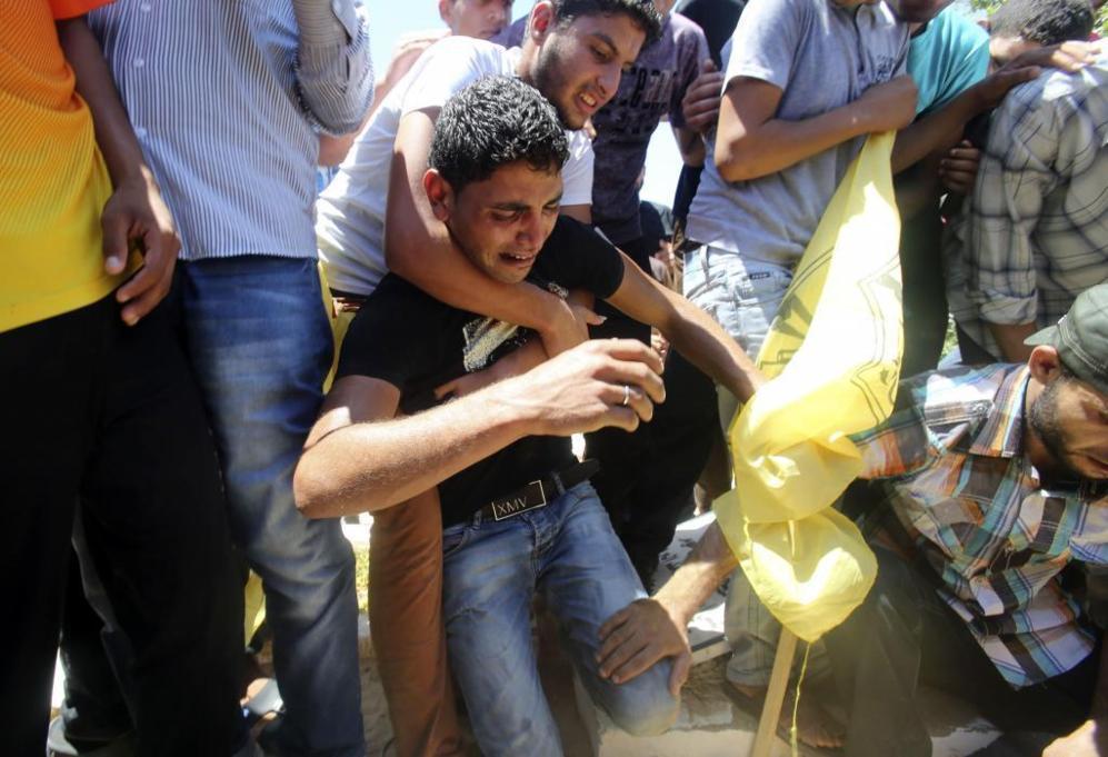 Un hombre palestino llora en el entierro de una niña de diez años...