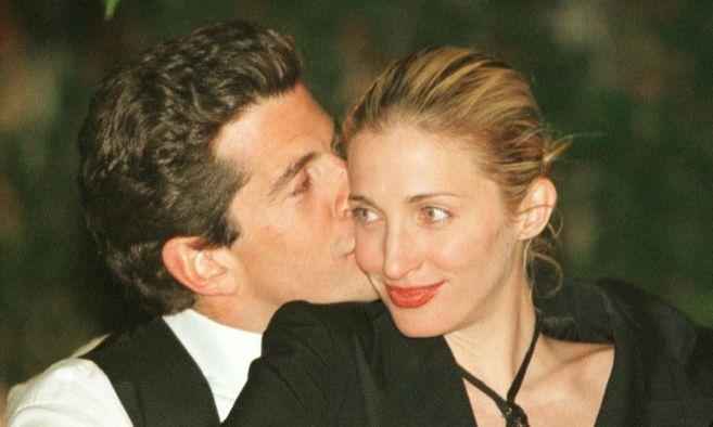 John-John Kennedy y Carolyn Bessette, al poco de casarse y poco antes...