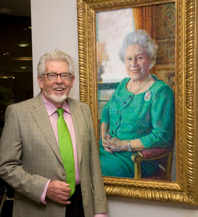 Rolf Harris, ante su retrato de la reina Isabel.