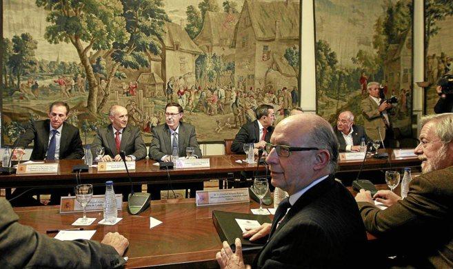 El ministro Cristóbal Montoro en una reunión con el Gobierno y las...