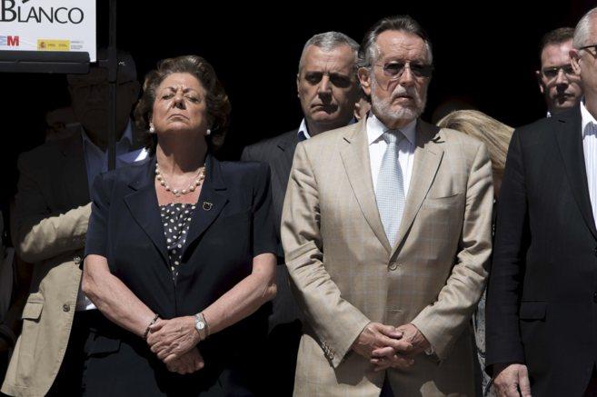 La alcaldesa, Rita Barberá, junto a miembros de la corporación, en...