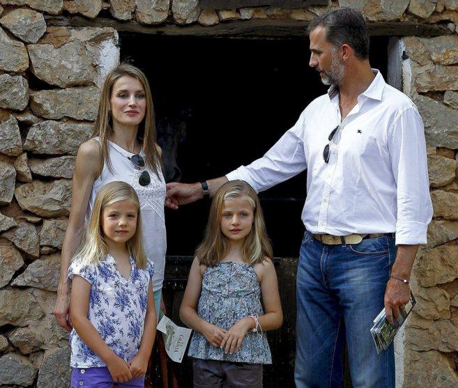 Los Reyes Felipe y Letizia junto a sus hijas las Infantas, en su...