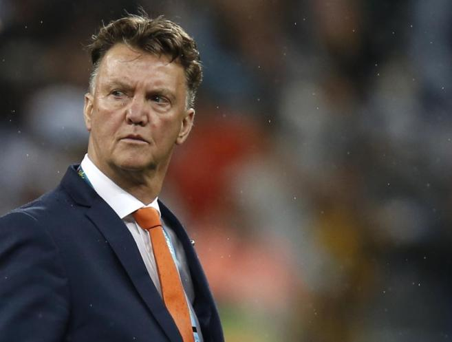 Louis van Gaal con gesto serio tras el final del partido de...