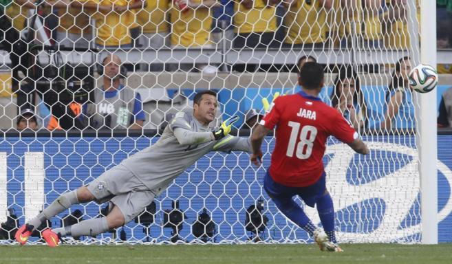 El chileno Jara manda al palo un penalti durante el partido contra...
