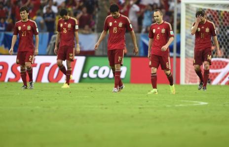 Los jugadores de España, tras encajar un gol.