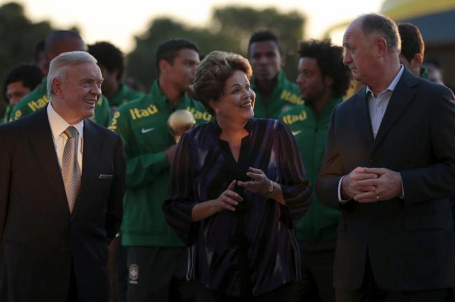 Dilma Rousseff habla con el seleccionador brasileño, Luiz Felipe...