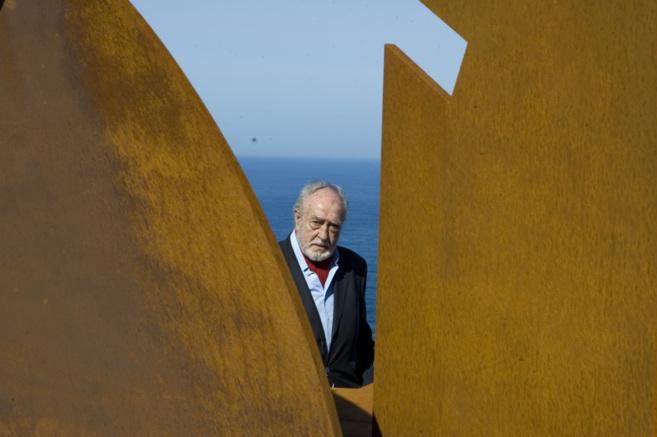 Néstor Basterretxea en una escultura suya en Bermeo, su localidad...