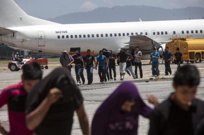 Chavales deportados desde Texas bajan del avión en la sede de la...