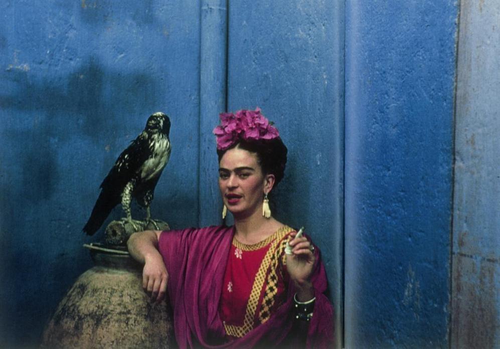 La pintora posa con su águila mascota en su casa de Coyoacán, en...